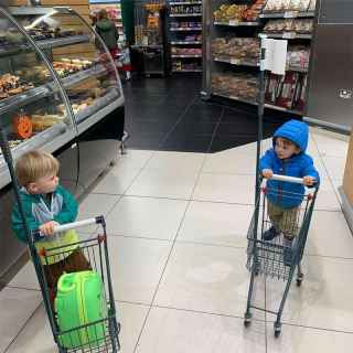 Two children shopping in the Parcmarket